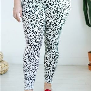 Leaping leopard plus size leggings - white